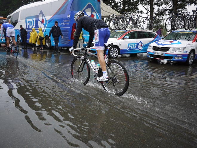 Jonathan Hivert heads to the soggy start on stage 4.