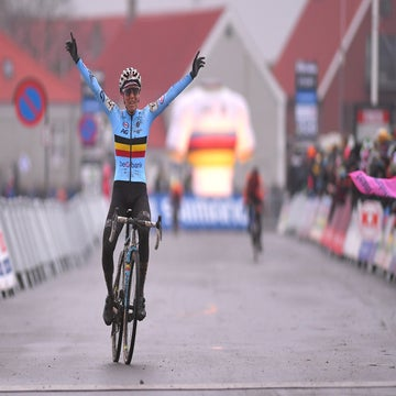 Cant defies Dutch dominance to win world championships